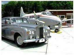 Oldtimer autos en vliegtuigen in Aviodrome